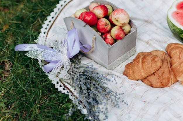 Toalha de mesa na natureza com alimentos