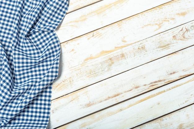 Toalha de mesa na superfície de madeira