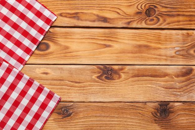 Toalha de mesa quadriculada na mesa de superfície de madeira