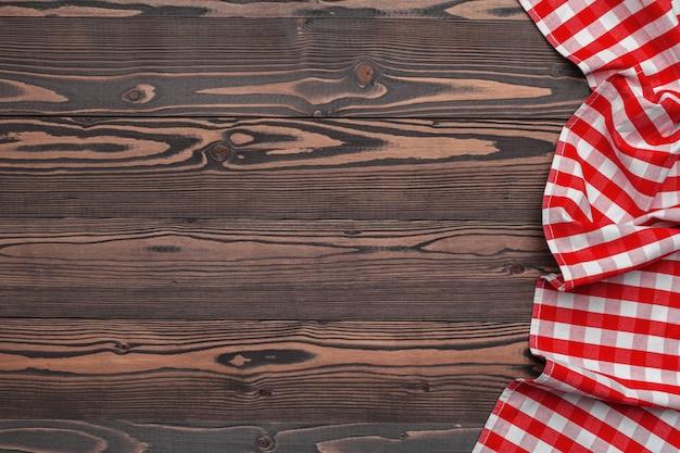 Toalha de mesa quadriculada no fundo da mesa de madeira