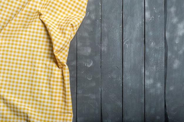 Toalha de mesa têxtil em fundo de madeira