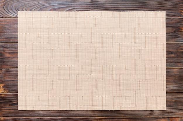 Toalha de mesa têxtil na mesa de madeira