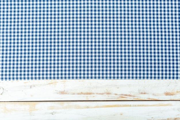 Toalha de mesa têxtil na superfície de madeira