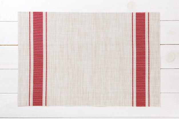 Toalha de mesa têxtil na vista superior do plano de fundo de madeira com espaço de cópia