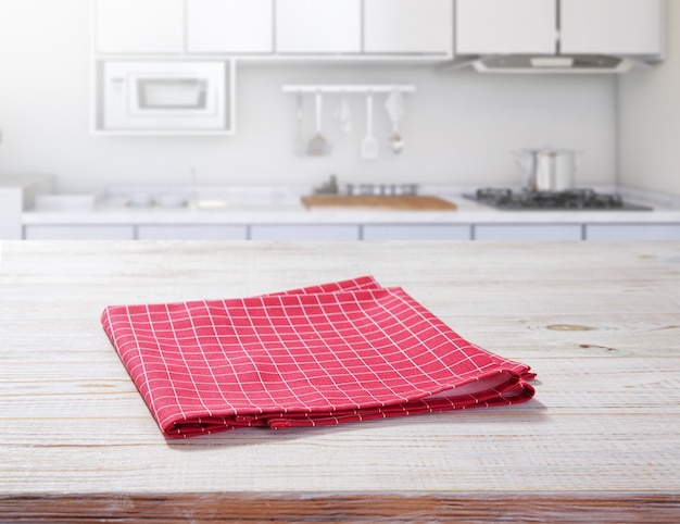 Toalha de mesa vazia na mesa de madeira com guardanapo na cozinha.