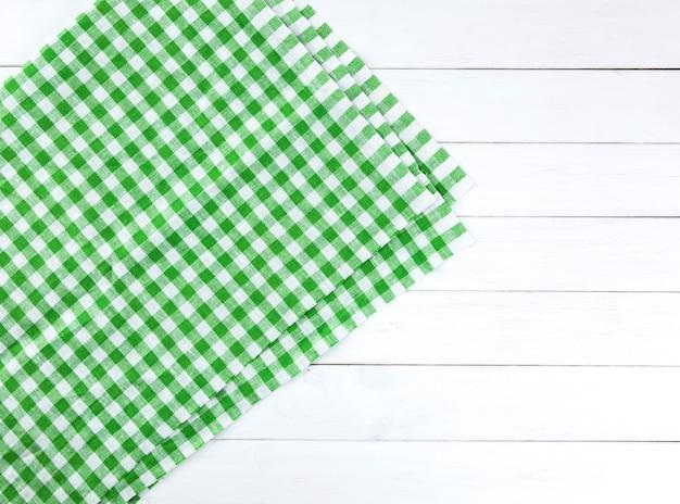 Toalha de mesa verde na mesa de madeira branca