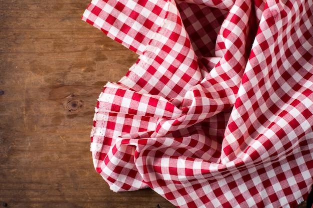 Toalha de mesa vermelha em fundo de madeira