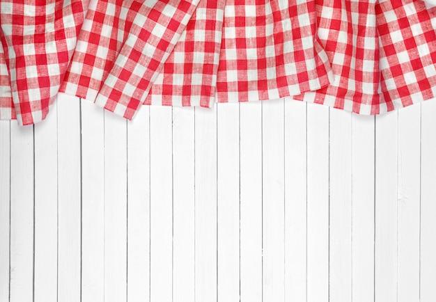 Toalha de mesa vermelha na mesa de madeira