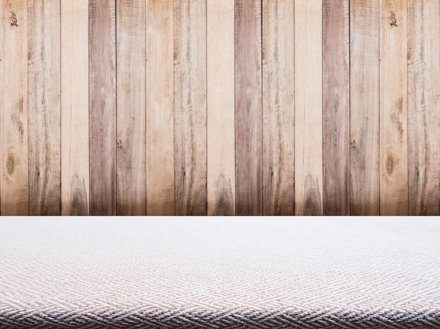 Toalha de tecido bege tweed e fundo de madeira
