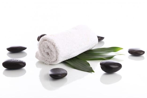 Toalha e pedras para massagem