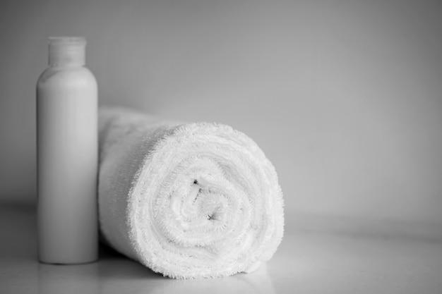 Toalha macia delicada branca e creme, sabão. conceito de spa.