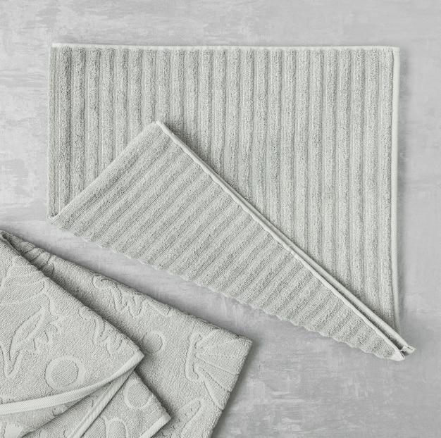 Toalha macia em um fundo cinza decorativo de estuque. vista de cima, isolada