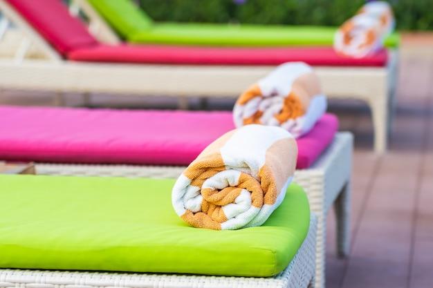 Toalha na cama ao redor da piscina no hotel resort