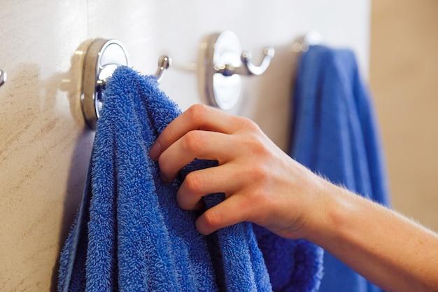 Toalha para mãos penduradas em um rack no banheiro