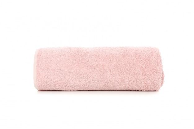 Toalha rosa rolada isolada no branco, close-up