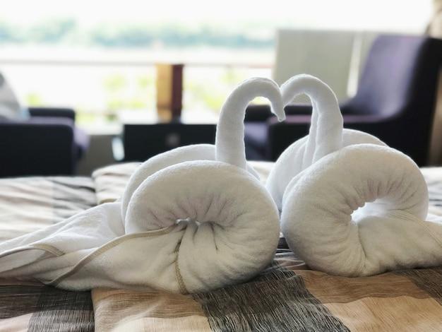 Toalhas brancas que foram esculpidas em um par de gansos.
