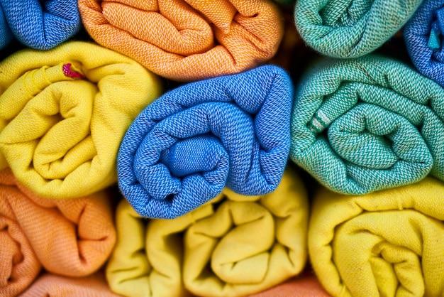 Toalhas coloridas roladas
