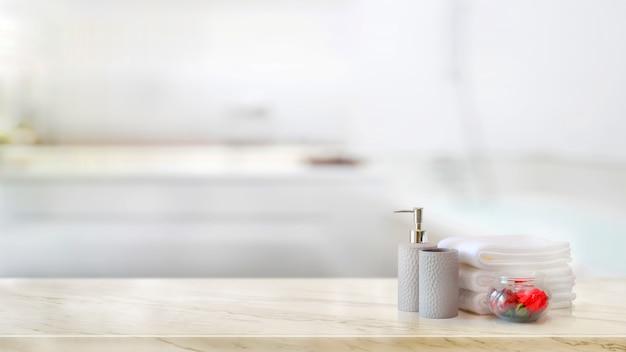 Toalhas com xampu de cerâmica e frasco de sabão no balcão de mármore e cópia espaço