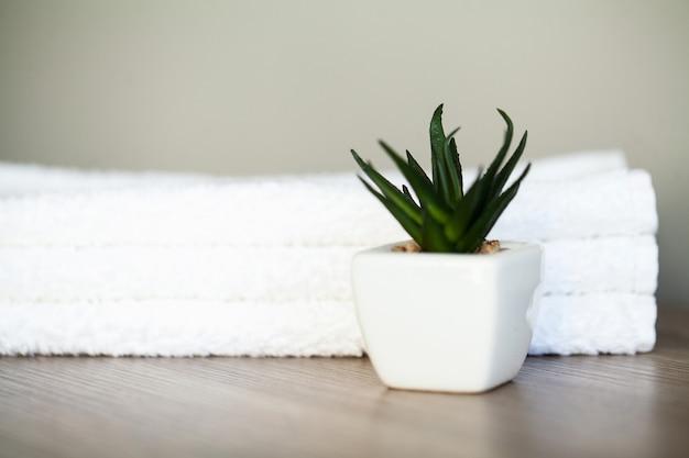 Toalhas de algodão branco uso no banheiro de spa