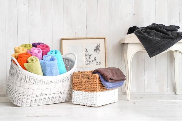 Toalhas de banho em uma cesta