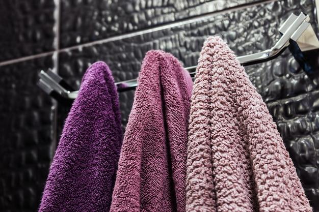 Toalhas de cores diferentes, penduradas em um cabide