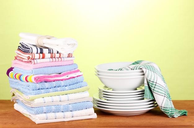 Toalhas de cozinha com pratos em close-up de espaço verde