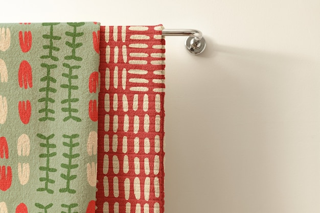 Toalhas de padrão étnico vintage, verdes e vermelhas com espaço de design