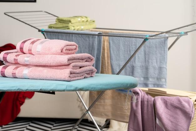 Toalhas de passar roupa na tábua de passar