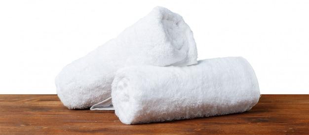 Toalhas de spa branco em cima da mesa