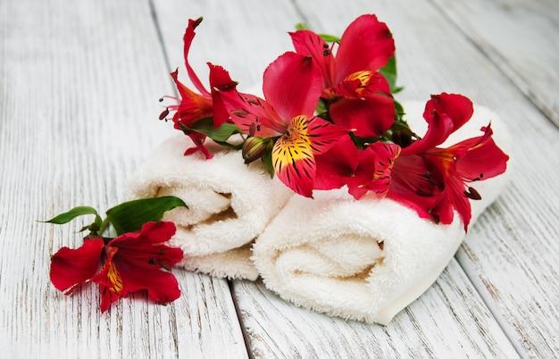Toalhas de spa e flores de alstroemeria