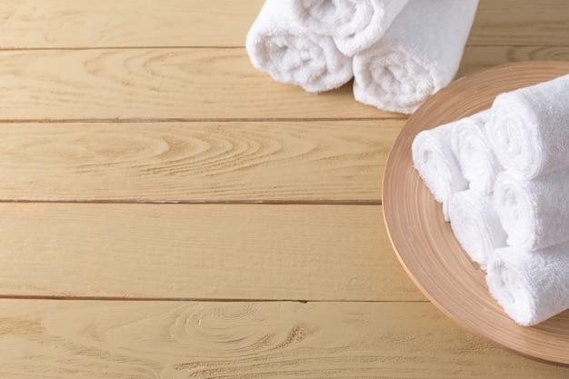 Toalhas de spa na superfície de madeira
