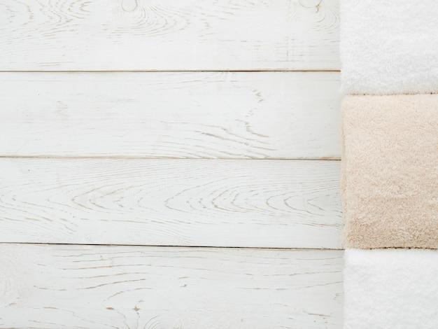 Toalhas de vista superior em fundo de madeira com copyspace