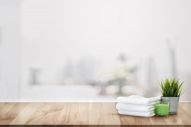 Toalhas e acessórios de spa na mesa de balcão de madeira