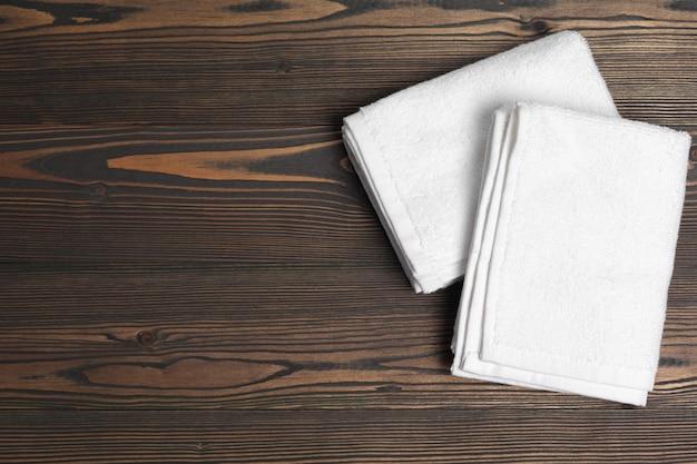 Toalhas macias limpas na mesa de madeira