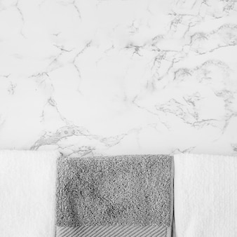 Toalhas preto e brancas no pano de fundo de mármore