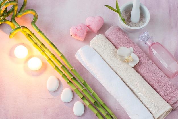 Toalhas, velas, sal marinho, bambu, sabonete líquido, pedras e sabão