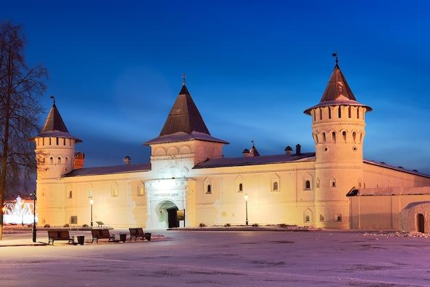 Tobolsk kremlin ao amanhecer shopping centers no pátio da antiga arquitetura russa do século xviii