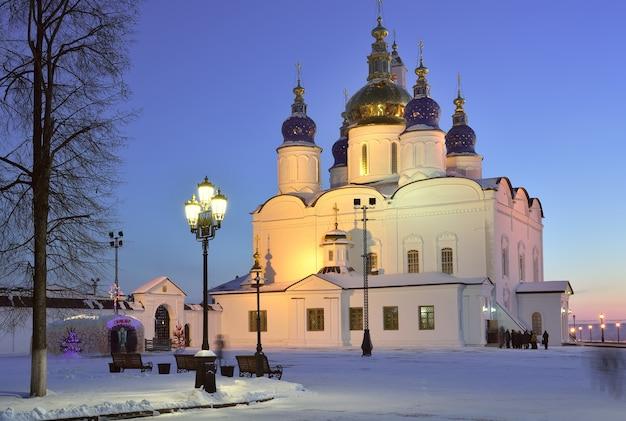 Tobolsk kremlin em uma noite de inverno na casa de gelo de natal da catedral da assunção de santa sofia