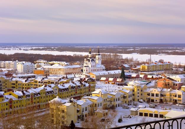 Tobolsk no inverno cidade baixa, às margens do irtysh, a igreja de zacarias e isabel
