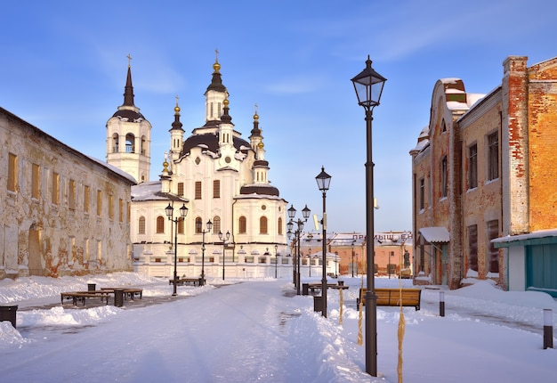 Tobolsk no inverno mira street na cidade baixa a igreja de zacharias e elizabeth