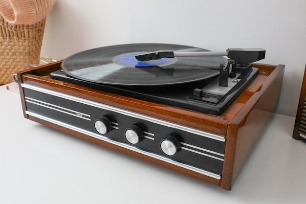 Toca-discos com disco de vinil na mesa da sala