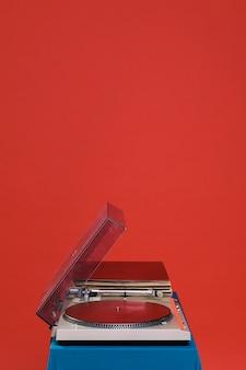 Toca-discos em fundo vermelho