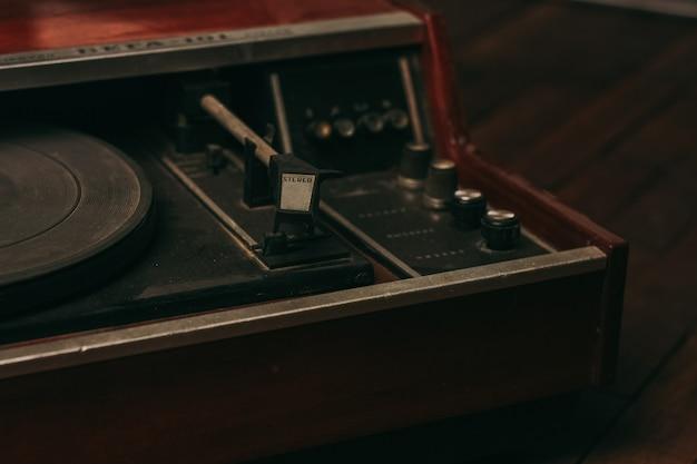 Toca-discos retrô vintage com coleção de vinil, entretenimento com vista superior