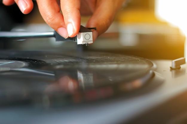 Toca-discos vinil turntable com mão