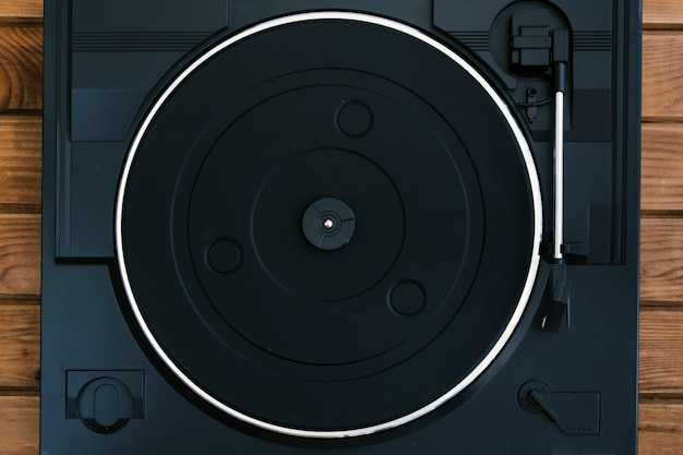 Toca-discos vintage na mesa de madeira