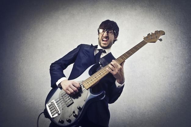 Tocando em uma guitarra