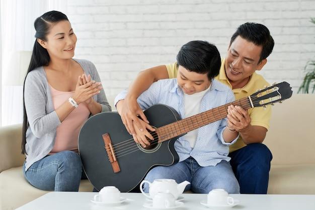 Tocando guitarra com o pai