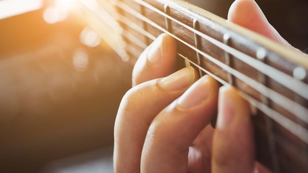 Tocando guitarra elétrica