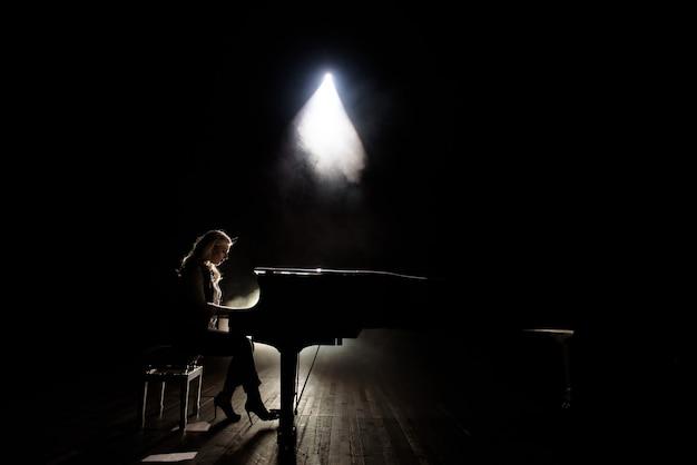 Tocando música de piano do músico pianista. piano de cauda instrumento musical com intérprete de mulher.