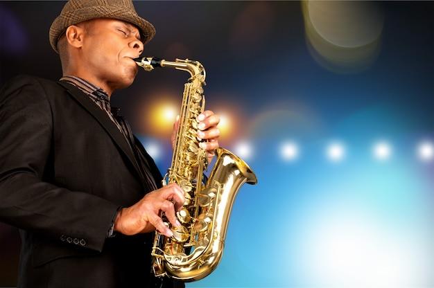 Tocando saxofone